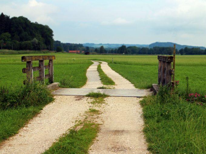 terrain avec clôture et sentier